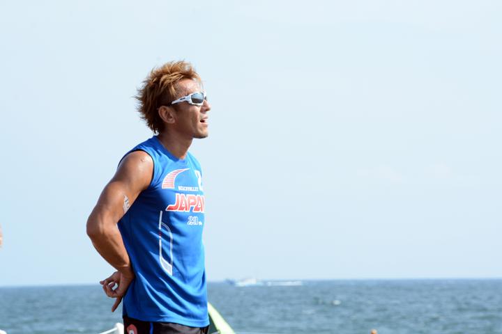 サインを送る西村晃一選手は上場雄也選手とペアで出場