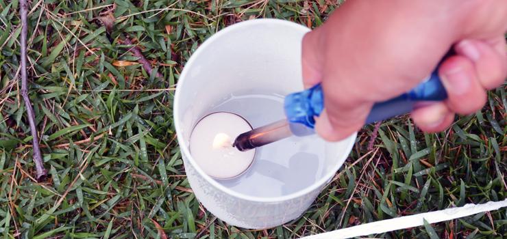 たくさんあるカップの中のロウソクにひとつずつ火を灯す