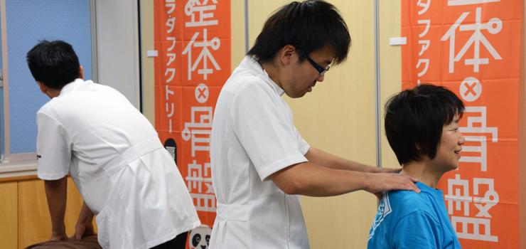 地元、高円寺の会話をしながらパフォーマンスに向けてカラダを整える、柴田スタッフ