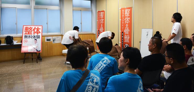 施術の順番を待つ「たつのおとし子連」の踊り手の方々