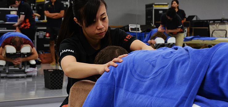 肩に入念な施術を行う平塚トレーナー