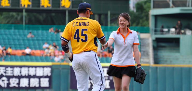 カラダファクトリー台湾スタッフがサポートチームの勝利を願い 始球式で元気に投球しました。